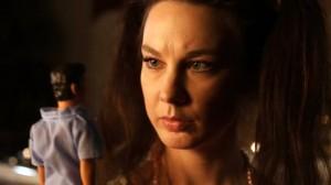 Alexandra Chalupa har vunnit sju priser för sin roll i Leka med dockor